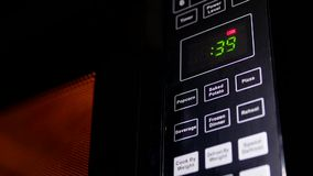 Movimento do alimento que é caloroso no forno micro-ondas
