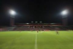 Movimento do borrão do uso da cena da noite do estádio do esporte do futebol do futebol para fotografia de stock royalty free