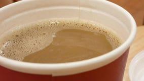 Movimento do café quente na tabela na praça da alimentação dentro do shopping filme