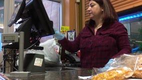 Movimento do cliente que paga alimentos no contador de verificação geral vídeos de arquivo