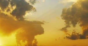 Movimento do lapso de tempo colorido e brilhante 4k video das nuvens vídeos de arquivo