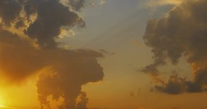 Movimento do lapso de tempo colorido e brilhante 4k video das nuvens video estoque