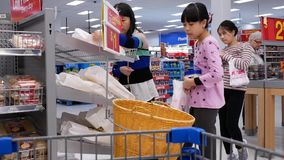Movimento do pão de compra dos povos dentro da loja de Walmart vídeos de arquivo