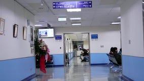 Movimento do paciente que espera seu doutor dentro do hospital