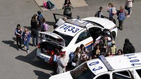 Movimento do polícia que mostra às crianças como ao tipo mau da defesa na delegacia video estoque