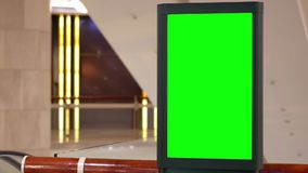 Movimento do quadro de avisos verde grande da tela ao lado da escada rolante video estoque