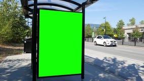 Movimento do quadro de avisos verde para seu anúncio na estação de ônibus filme
