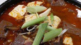 Movimento do sangue e do tofu do pato com a cebola verde na bacia dentro do restaurante chinês video estoque
