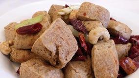 Movimento do tofu fedido fritado na tabela video estoque
