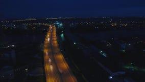Movimento do tráfego da noite no centro de Moscou, vista urbana aérea Ideia superior da skyline da cidade de Moscou na noite video estoque