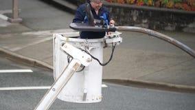 Movimento do trabalhador que muda na luz de rua à energia solar uma video estoque