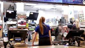 Movimento do trabalhador que prepara o café para o cliente no contador de verificação geral de McDonalds video estoque
