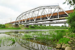 Movimento do trem da carga na estrada de ferro Imagens de Stock