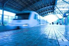 Movimento do trem na plataforma molhada Fotografia de Stock