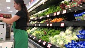 Movimento do vegetal da meia do caixeiro do produto para a venda dentro de Walmart filme