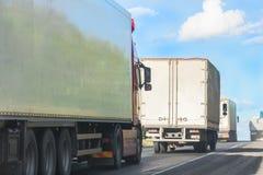 Movimento dos caminhões na estrada da montanha Foto de Stock Royalty Free