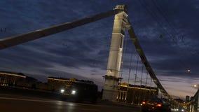 Movimento dos carros na noite, através de uma grande ponte bonita video estoque