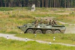 Movimento dos fuzileiros navais em um veículo blindado de transporte de pessoal fotografia de stock royalty free