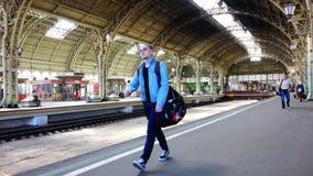Movimento dos passageiros no estação de caminhos-de-ferro nas férias de verão filme