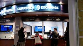 Movimento dos passageiros no lugar da troca de divisa estrageira dentro do aeroporto de YVR video estoque