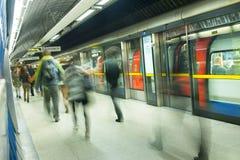 Movimento dos povos do borrão da estação de metro do trem de Londres Imagem de Stock Royalty Free