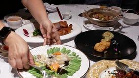 Movimento dos povos que comem o alimento com a família dentro do restaurante chinês video estoque