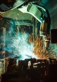 Movimento dos robôs de Team Welding em uma fábrica do carro Imagens de Stock