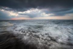 Movimento dramático da onda e das nuvens Fotos de Stock Royalty Free