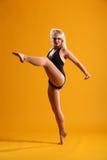 Movimento elevado da dança do retrocesso pela mulher loura bonita Imagem de Stock