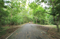 Movimento esmerilado da bicicleta da equitação do menino Imagem de Stock