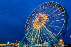 Movimento exterior da rotação da roda de Ferris no crepúsculo fotografia de stock royalty free