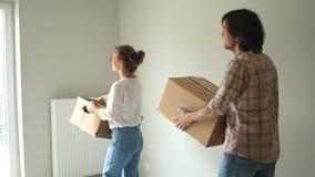 Movimento felice della donna e del padre di famiglia verso il loro nuovo appartamento affittato Bene immobile, alloggi nuovi, con stock footage