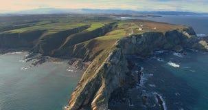 Movimento inverso em uma vista aérea geral perto do mar que afasta-se para o litoral com muitos penhascos vídeos de arquivo
