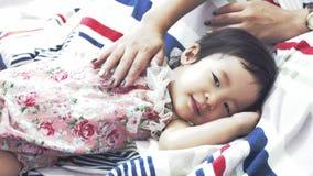 movimento 4K lento do resto asiático da menina e da mãe em casa filme