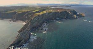 Movimento lateral em uma vista aérea geral perto do mar que obtém mais perto do litoral com muitos penhascos vídeos de arquivo