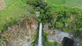 Movimento lento aéreo: Cachoeira de Sipiso-piso em Sumatra, destino do curso em Berastagi e lago Toba, Indonésia video estoque