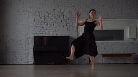 Movimento lento - ballo divertente nello studio, movimento pazzo al rallentatore stock footage