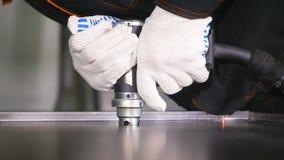Movimento lento Belle scintille dalla pistola moderna industriale della saldatura Il saldatore in metallo di saldatura dei guanti video d archivio