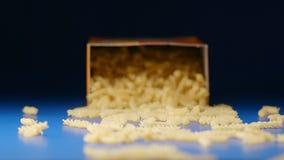 Movimento lento: cadendo una scatola con un fusilli a spirale della pasta archivi video