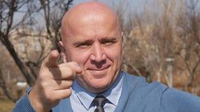 Movimento lento com trabalho de Making Thumbs Up do homem de negócios bom e apontar com dedo vídeos de arquivo