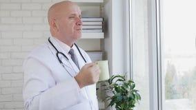 Movimento lento con l'ospedale interno di medico che beve un caffè nella pausa di lavoro stock footage