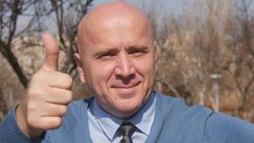 Movimento lento con l'uomo che indica con il dito ed i pollici sulla mostra del segno buon di lavoro stock footage
