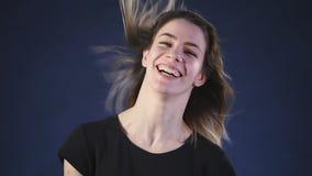 Movimento lento d'ondeggiamento dei capelli della ragazza video d archivio