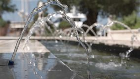 Movimento lento da água em uma fonte pequena em um close-up filme