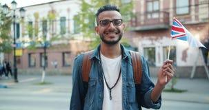 Movimento lento da bandeira do Oriente Médio alegre da terra arrendada do indivíduo do Reino Unido filme