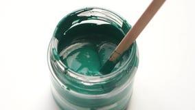 Movimento lento da beleza reparo do apartamento - fim acima de misturar a pintura verde em um close up da lata vídeos de arquivo