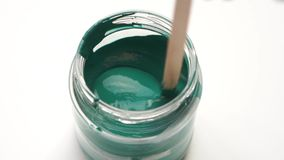 Movimento lento da beleza reparo do apartamento - fim acima de misturar a pintura verde em um close up da lata filme