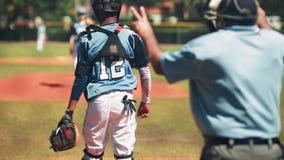 Movimento lento da bola de jogo do coletor ao jarro durante o jogo de basebol video estoque
