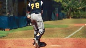 Movimento lento da bola de recepção e de jogo do coletor durante o jogo de basebol filme