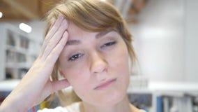 Movimento lento da dor de cabeça pela mulher cansado tensa, fim acima vídeos de arquivo